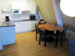 Hier sehen Sie die Küche der Unterkunft im Petten-Beach-Haus Nr. 18 an der Nordsee am Meer.