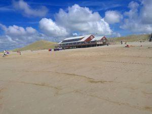 Hier sehen Sie das neue Strandcafe in Petten Nordholland.